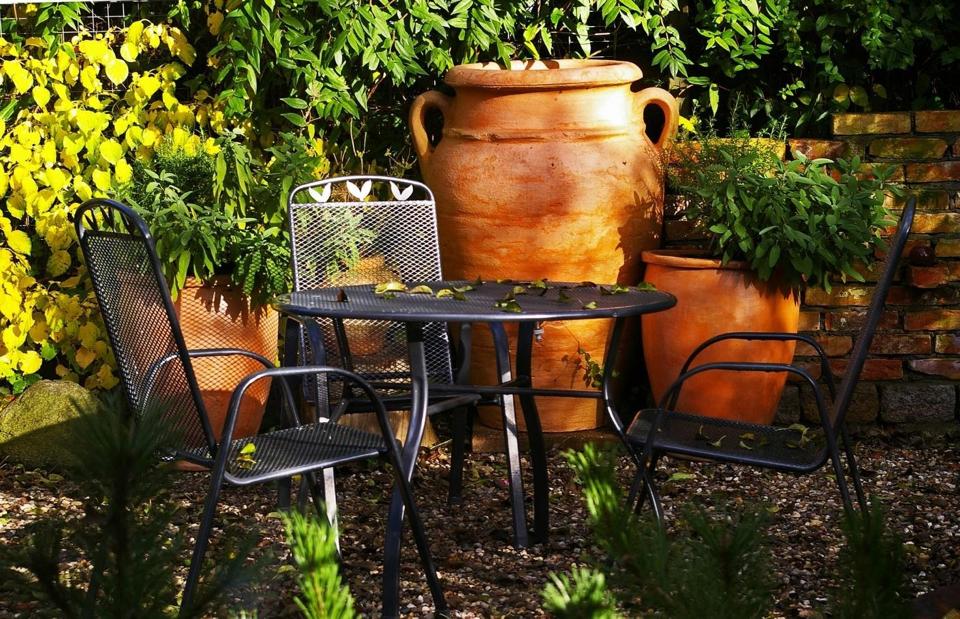 Petit salon de jardin en fer avec une table ronde
